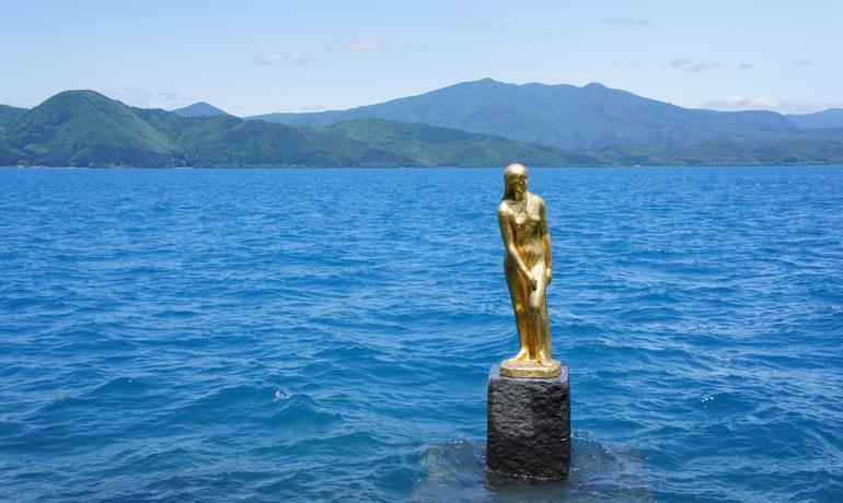 神秘的な翡翠色に輝く日本一深い湖・田沢湖